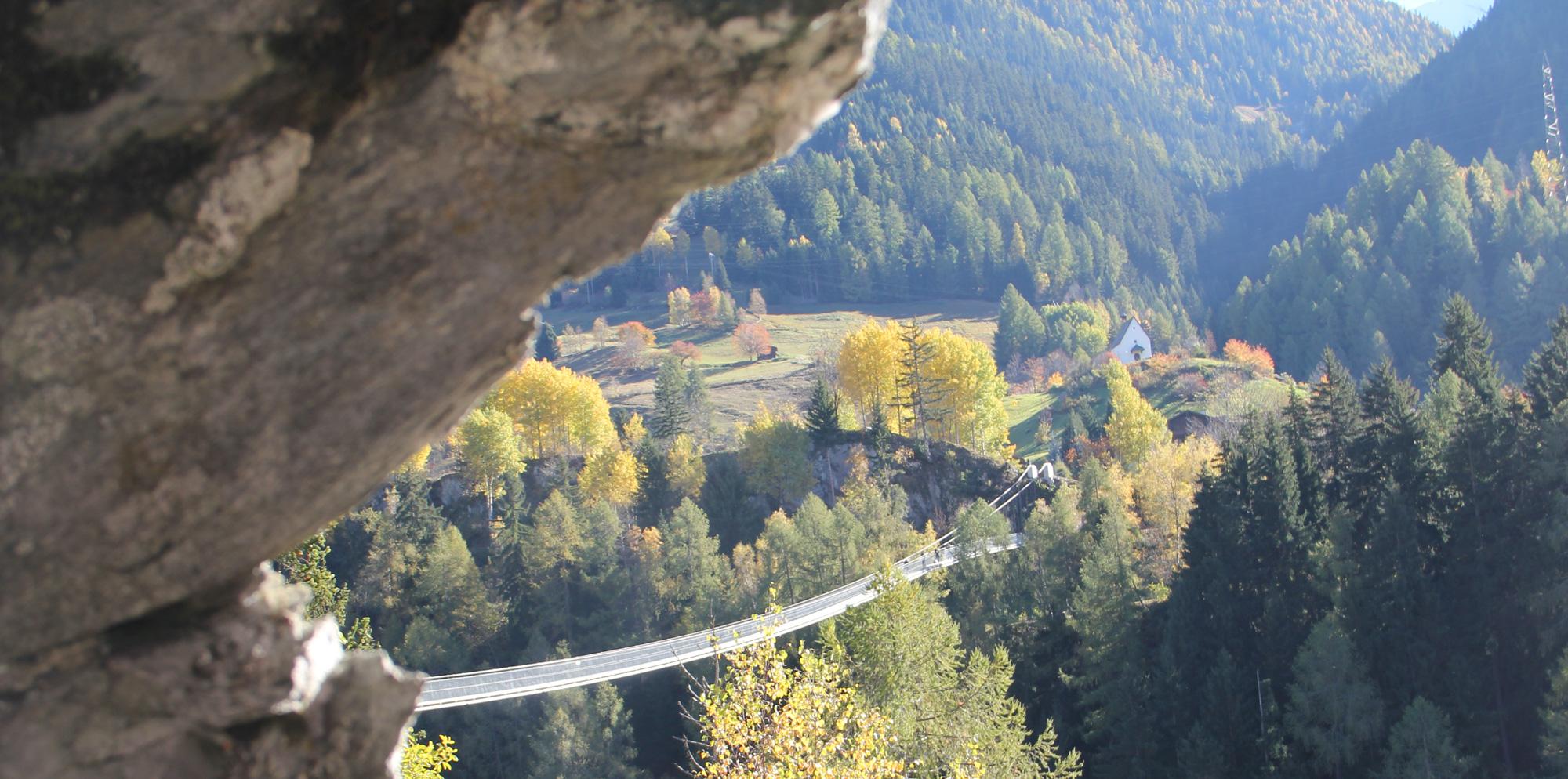 Blick auf die Hängebrücke Goms Bridge mit herbstlichem Wald