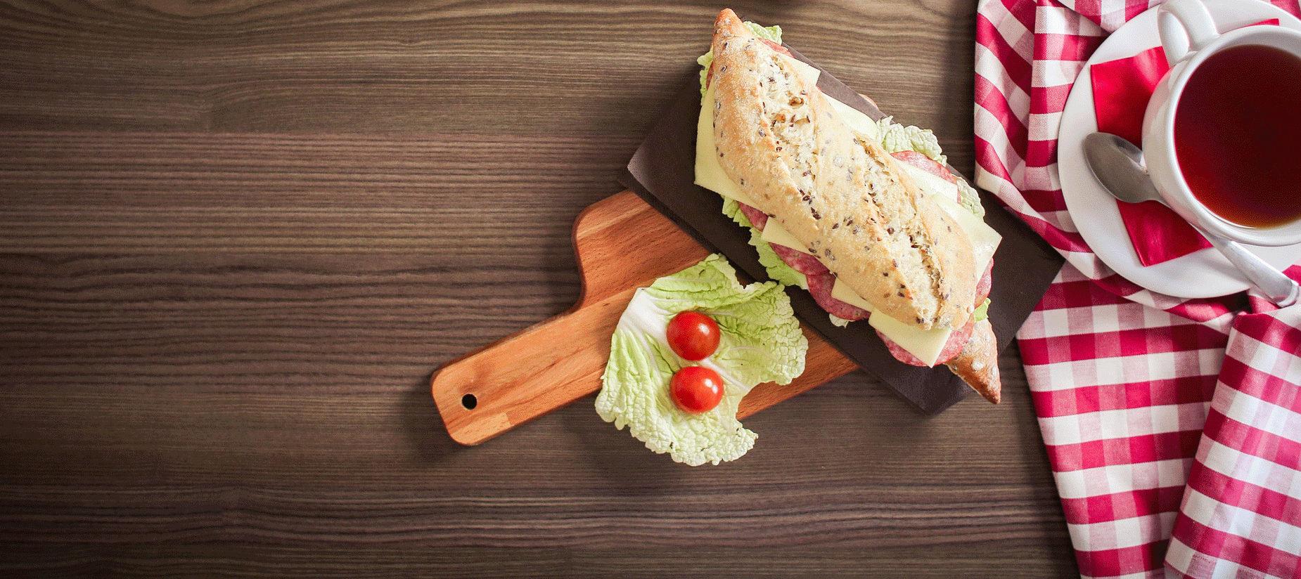 Der Frühstückstisch des Bed and Breakfast Hängebrigga im Goms mit Sandwich Tee und Früchten