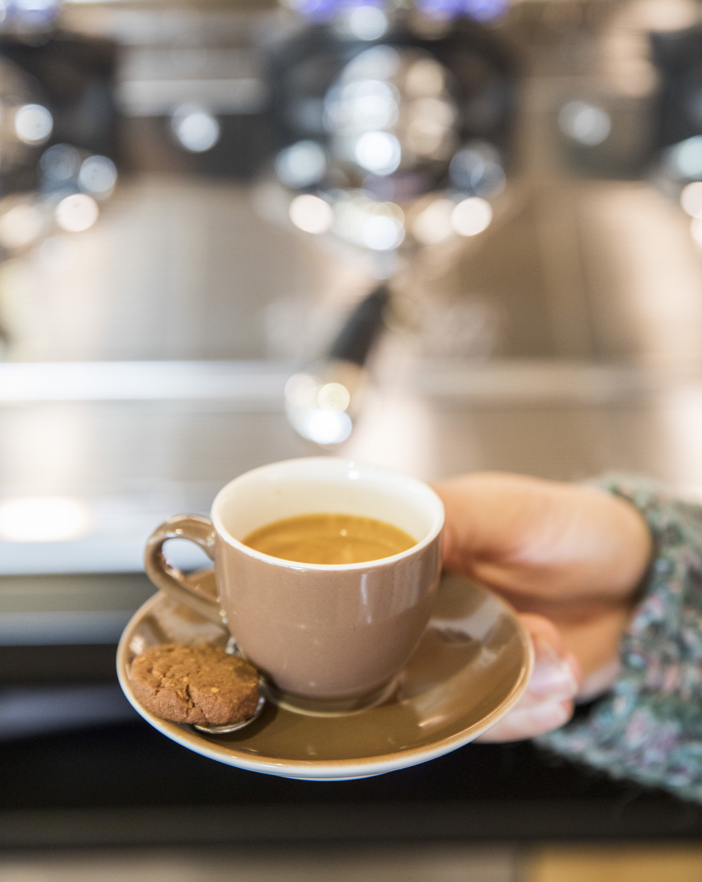 Patrizia Kummer hält einen Espresso in der Hand in ihrem Café - Bed and Breakfast Hängebrigga in Mühlebach.