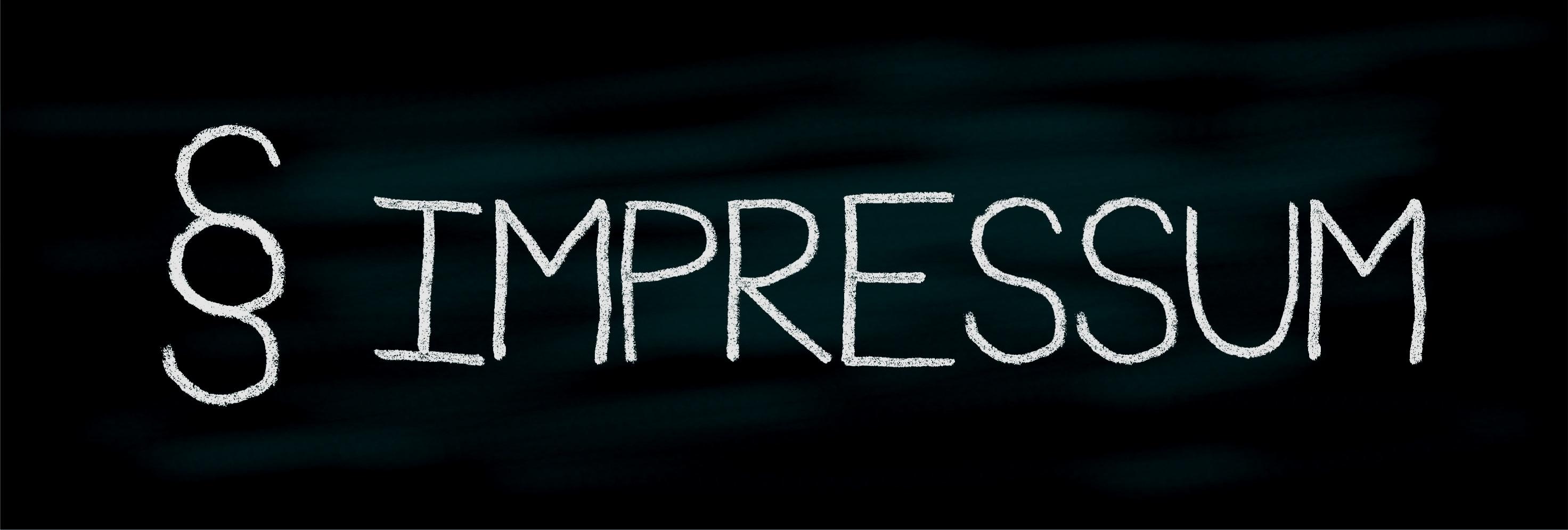 Mit weisser Kreide steht auf einer Tafel das Wort Impressum in Grossbuchstaben.
