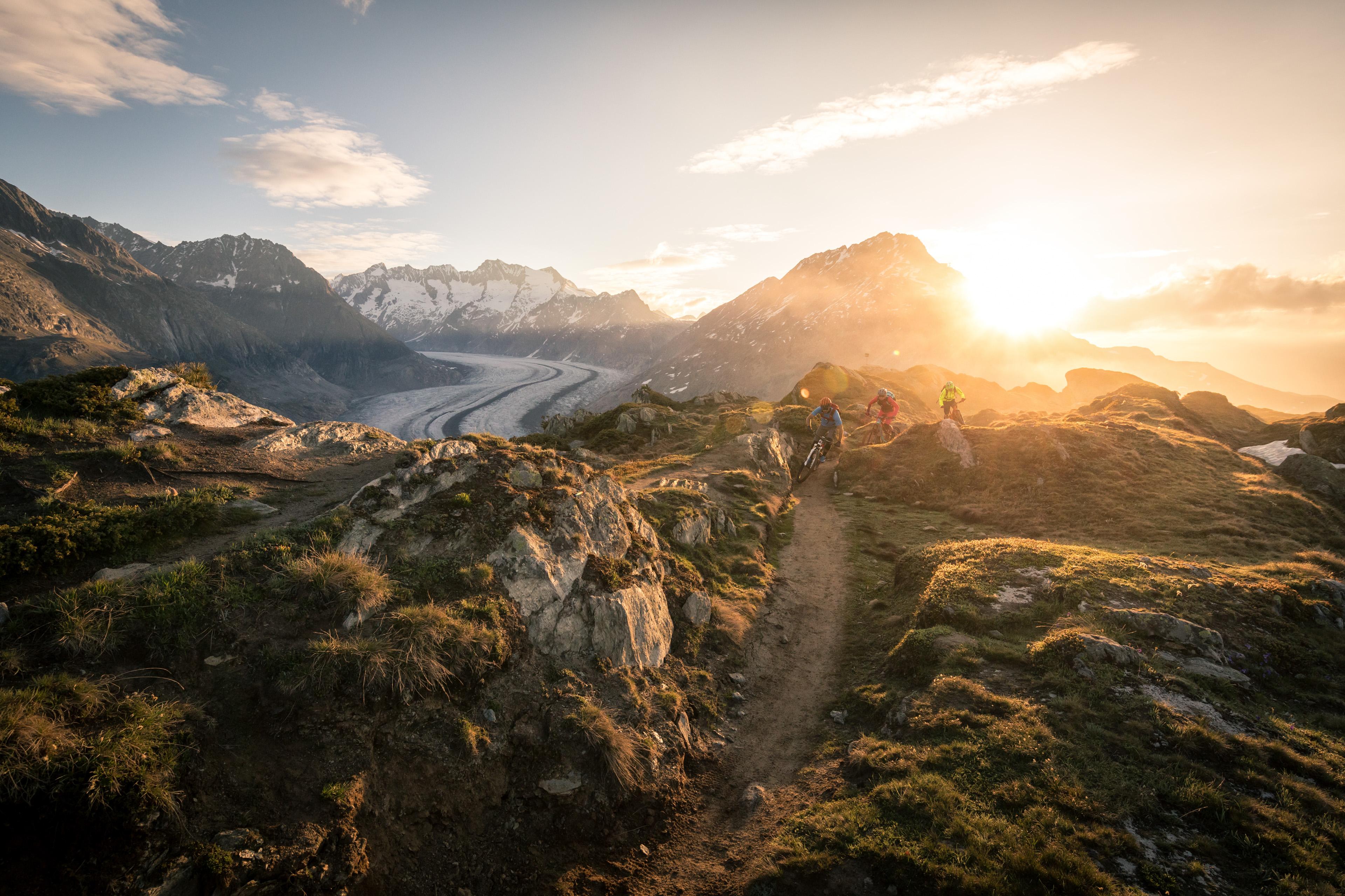 Blick auf den grossen Aletschgletscher mit Biker, die die ersten Sonnenstrahlen des frühen Morgens ausnützen