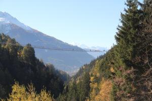 """Die imposante Hängebrücke """"Goms Bridge"""" spannt sich über die Lammaschlucht im Goms."""