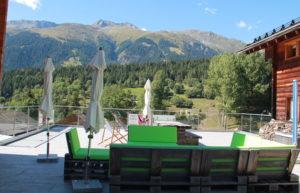 Die Terrasse des Bed and Breakfast Hängebrigga bietet viel Platz um die Ruhe der wunderschönen Walliser Bergwelt zu geniessen.