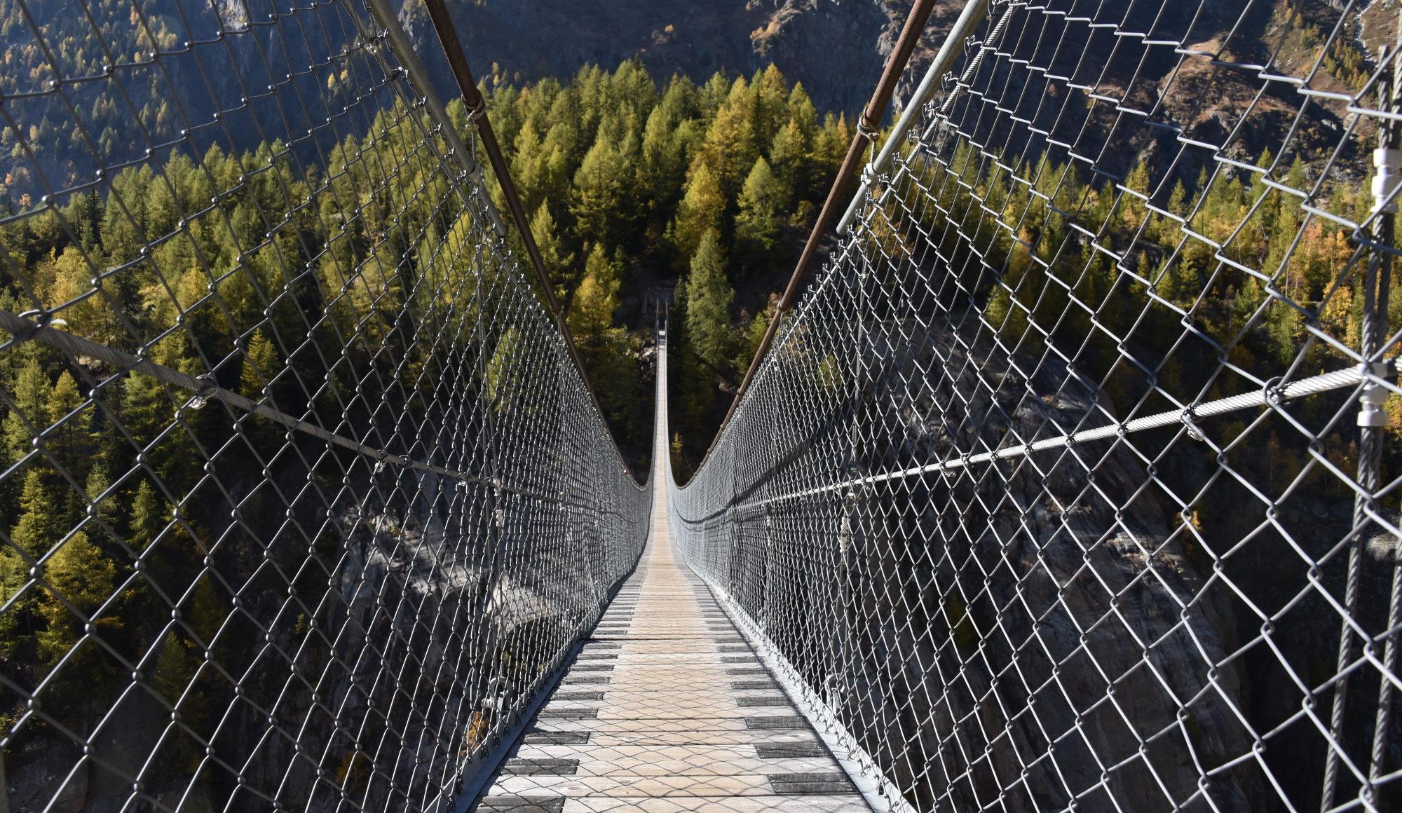 Die beeindruckende Aspi Titter Hängebrücke liegt zwischen Bellwald und Fieschertal im Goms.
