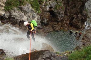 Beim Canyoning im Wallis verbindet sich die Abenteuerlust mit den Kletter- und Schwimmfähigkeiten zu einem Adrenalinkick.