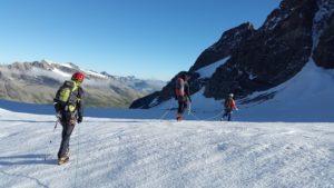 Bergsteigen im Goms ist ein Genuss, da viele 4000er die Landschaft zieren und auch einen riesigen Spielplatz für Bergsteiger bildet. Wie hier zu sehen, geniessen 3 Bergsteiger die hochalpine Tour auf einem Schneeplateau.